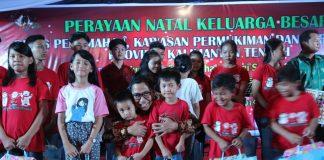 Ir. Leonard S. Ampung, M.M., M.T. Kepala Dinas Perkimtan Provinsi Kalteng bersama anak-anak panti asuhan Immanuel